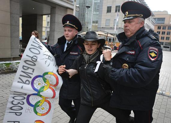 Protesta urbana reprimida por dos policías. Source : hrw.com