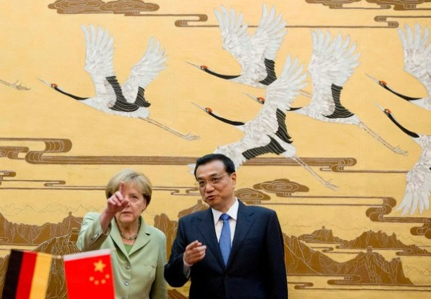 """Pekín. La jefa del gobierno alemán calificó este lunes de grave el caso del agente doble detenido en Alemania que podría haber trabajado también para Estados Unidos. """"Si las informaciones son exactas sería un caso grave"""", dijo Merkel en una rueda de prensa Pekín junto al primer ministro Li Keqiang. """"Se trata a mi entender de una evidente contradicción con lo que considero una cooperación de total confianza entre agencias (de inteligencia) y países socios"""", añadió. El pasado miércoles fue detenido un agente de los servicios de inteligencia alemanes (BND) que trabajaba desde 2012 para la CIA y que, según la prensa alemana, habría transmitido más de 200 documentos a Estados Unidos. El agente habría recabado información sobre la comisión de investigación parlamentaria creada tras las revelaciones de presunto espionaje en Alemania de la agencia de seguridad estadunidense NSA. Por su parte, el ministro alemán de Relaciones Exteriores, Frank-Walter Steinmeier, pidió el domingo a Estados Unidos que aclare la situación """"lo mas rápido posible"""". Angela Merkel empezó el domingo una visita de tres días a China, la séptima desde que llegó al poder en 2005, con una agenda principalmente económica."""