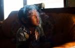 Dihan Muhamad fuma dentro de su casa, en  Garut, Indonesia. / Foto: Michelle Siu- TIME