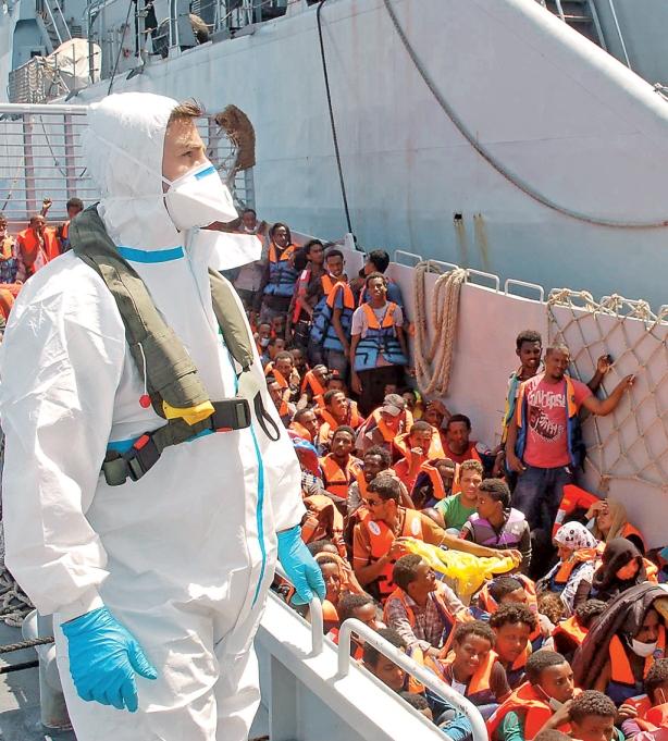 Si antes Italia escoltaba a las pateras al país de donde habían salido, ahora puso en marcha la estrategia Mare Nostrum, que consiste en ayudar a todas las embarcaciones que se acercan al canal de Sicilia.