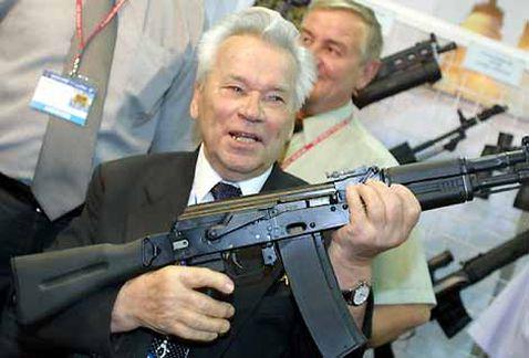 Mikhail Kalashnikov muestra uno de sus famosos rifles de asalto AK-47 en 2002 (AFP)
