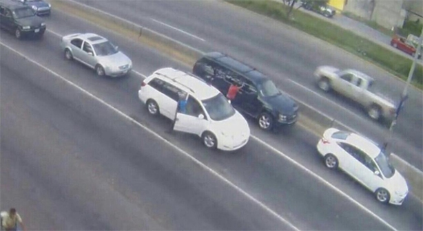 En redes sociales se difunde una imagen del supuesto secuestro del diputado Gabriel Gómez Michel, quien viajaba en una Suburban de color azul.