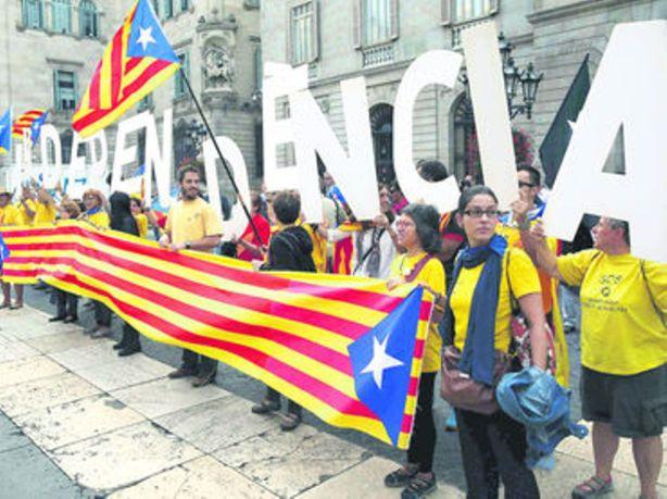 Centenares de personas en la Plaza de Sant Jaume de Barcelona celebraron el decreto de convocatoria soberana.