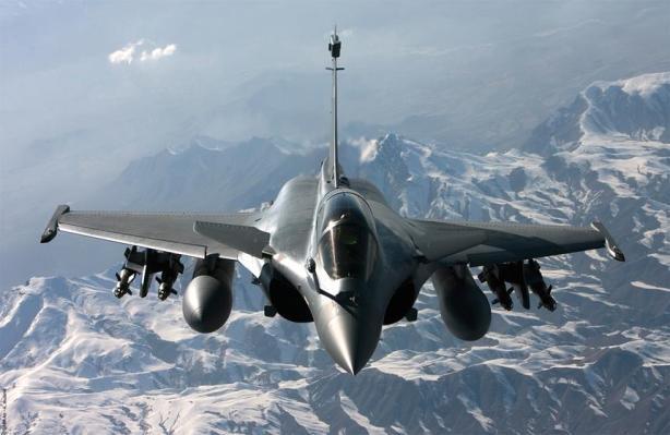 El presidente galo François Hollande detalló que fueron aviones Rafale los que alcanzaron y destruyeron el primer objetivo contra los yihadistas.