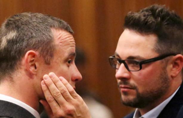 Está sospechado de destruir evidencias tras la muerte de Reeva Steenkamp. Un informe periodístico revela que eliminó datos del teléfono para proteger al atleta.